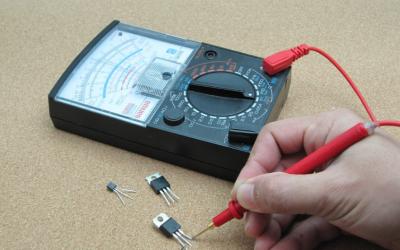 Connexion des câbles de test au multimètre